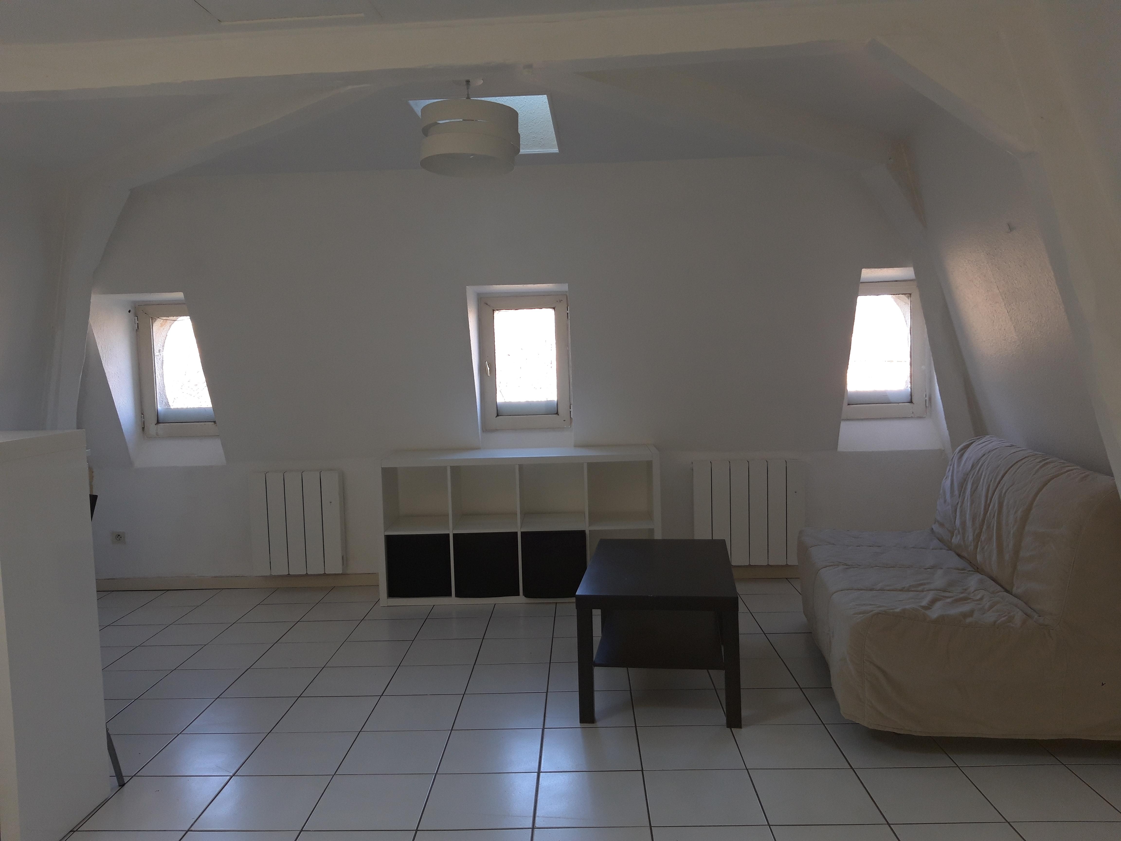 Studio / T1 meublé et équipé à louer au 3ème étage d'un immeuble du centre de Figeac