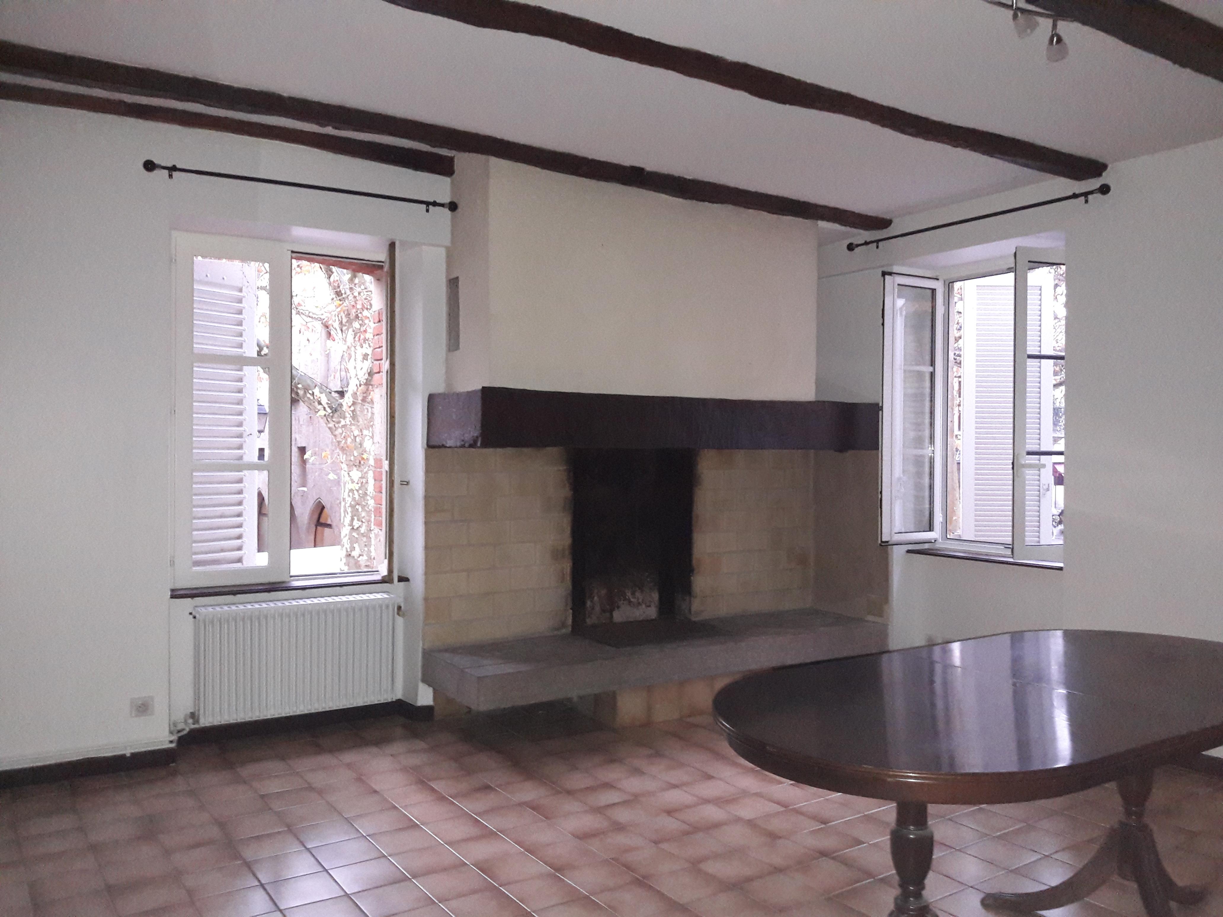 Appartement T3 avec terrasse récemment rénové à louer au centre de Figeac