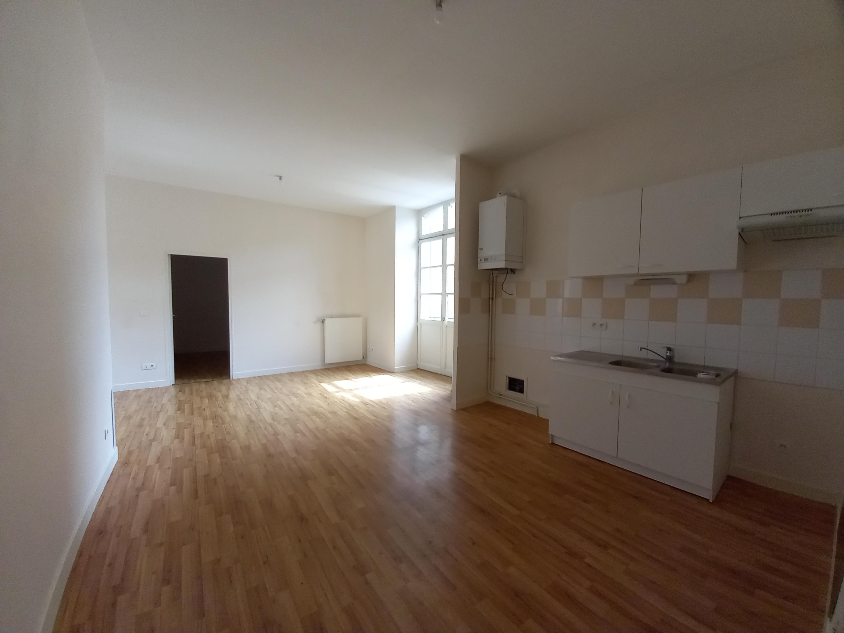 Appartement T4 à louer au 1er étage d'un immeuble du centre ville de FIGEAC